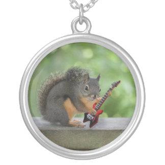 Eichhörnchen, das E-Gitarre spielt Versilberte Kette