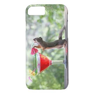 Eichhörnchen, das ein Cocktail an der glücklichen iPhone 8/7 Hülle
