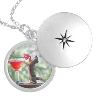 Eichhörnchen, das ein Cocktail an der glücklichen Medaillon