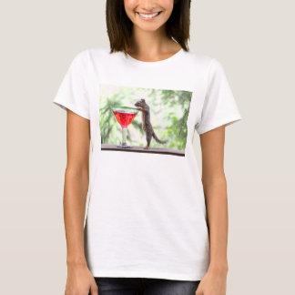 Eichhörnchen, das ein Cocktail trinkt T-Shirt