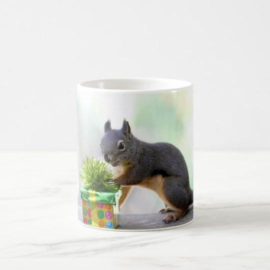 Eichhörnchen und eingewickeltes Geschenk Tasse