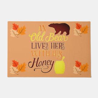 Ein alter Bär lebt hier mit seinem Honig Türmatte