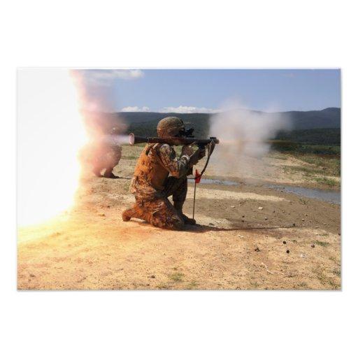 Ein assaultman feuert eine raketenangetriebene Gra Fotografischer Druck