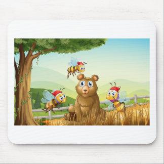 Ein Bär am Wald mit drei Sankt-Bienen Mousepad