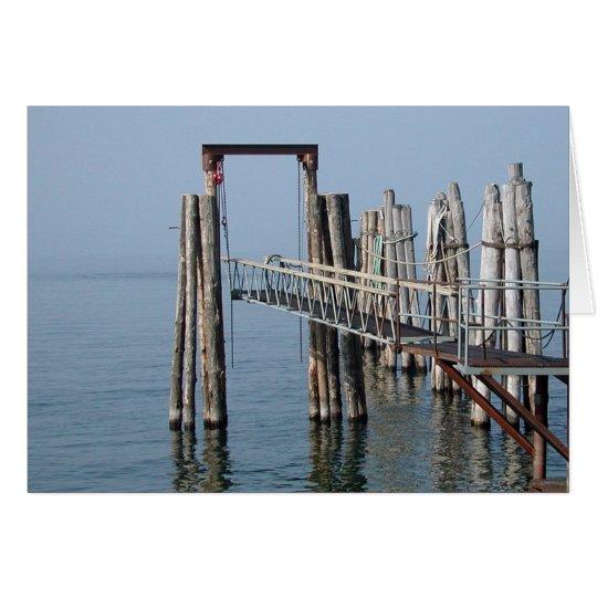 Ein Dock im Nebel Grußkarte