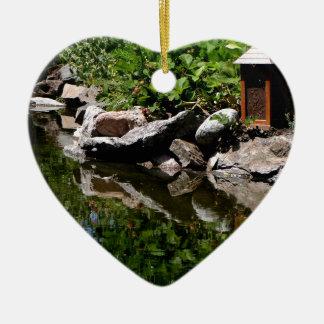 Ein Garten-Teich im Sommer Keramik Herz-Ornament