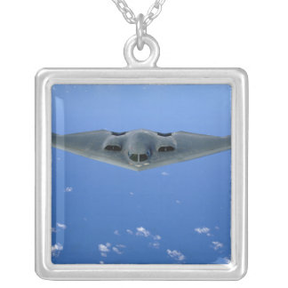 Ein Geist B-2 steigt durch den Himmel an Versilberte Kette