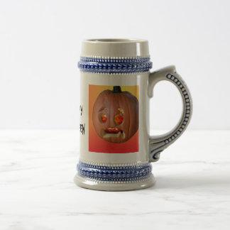 . Ein glückliches Halloween-Getränk es herauf Bierglas