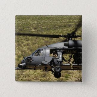 Ein HH-60 pflastern Falken fliegt über die Wüste Quadratischer Button 5,1 Cm