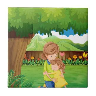 Ein Hinterhof mit einer Mutter und einem Kind Keramikfliese