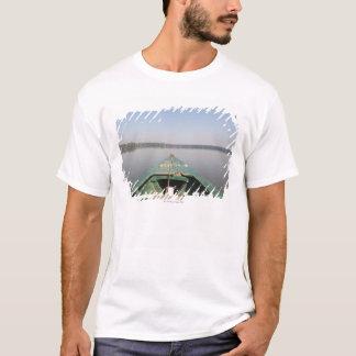 Ein hölzernes Kanu, das vom Eukalyptusbaum T-Shirt