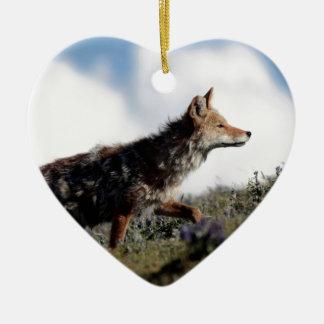 Ein Kojote geht in Yellowstone Nationalpark, Wyomi Keramik Ornament