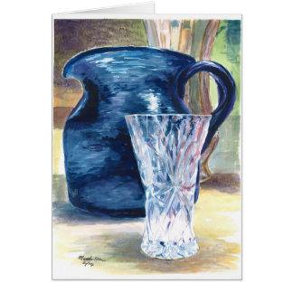 Ein Kristallglas und ein blauer Krug Karte