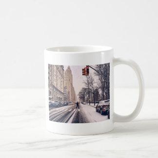 Ein Mann, der nach Westen ein Snowy-Central Park Kaffeetasse