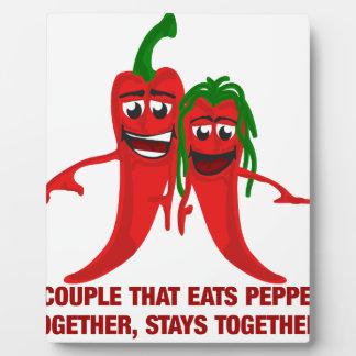 Ein Paar, das Paprikaschoten zusammen isst, bleibt Fotoplatte