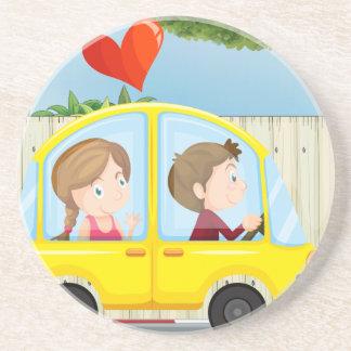 Ein Paar innerhalb des gelben Autos Untersetzer