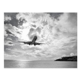 Ein Passagierflugzeug kommt für eine Landung an Postkarte