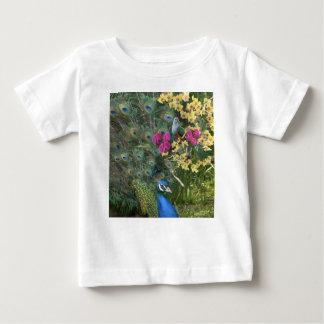 Ein Pfau und die Taube in einer Welt der Orchideen Baby T-shirt