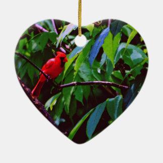 Ein roter Vogel sitzt auf einem Posten Keramik Herz-Ornament