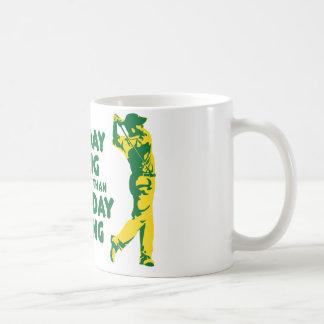Ein schlechtes Tagesgolf spielen Kaffee Tassen