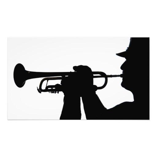 Ein Service-Mitglied spielt eine Melodie Fotodrucke
