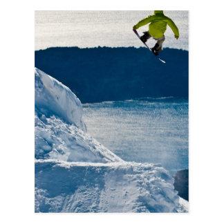 Ein Snowboarderspringen Postkarte