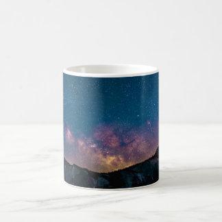 Ein Speck in der Kosmos-Tasse Kaffeetasse