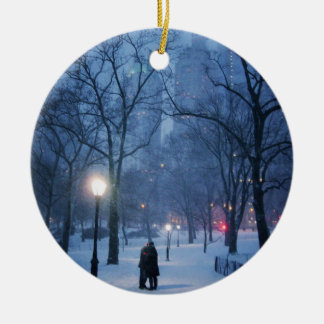 Ein warmer Kuss auf einer kalten Nacht Rundes Keramik Ornament