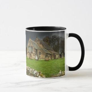 Eine alte Kirche unter einem dunklen Himmel Tasse