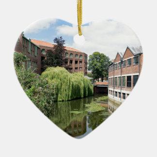 Eine Ansicht des Flusses Foss in York Keramik Herz-Ornament