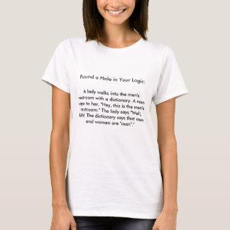 Eine Dame geht in den Restroom der Männer mit T-Shirt