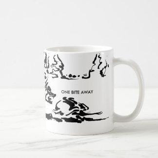 Eine des Bisses Tasse wildes Tier weg -