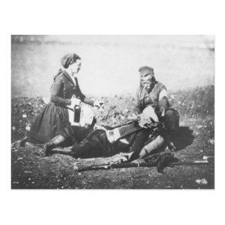 Eine Krankenschwester, die einen verletzten Mann Postkarte