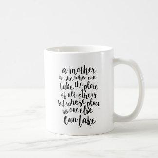 Eine Mutter ist alles modisches Typografie-Zitat Kaffeetasse