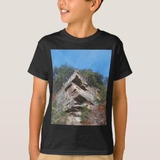 Eine Nizza rustikale Klippe und Bäume T-Shirt