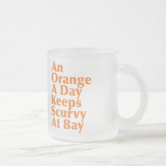 Eine Orange ein Tag behält Skorbut an der Bucht Mattglastasse