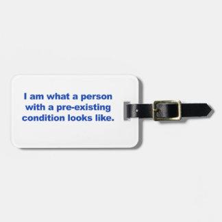 Eine Person mit einer bereits bestehenden Kofferanhänger