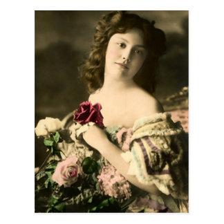 Eine Rose an ihrer Brust Postkarte