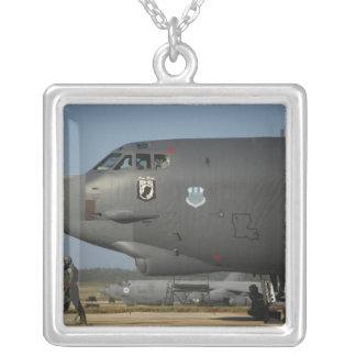 Eine US-Luftwaffeflugzeugbesatzung bereitet ein Versilberte Kette