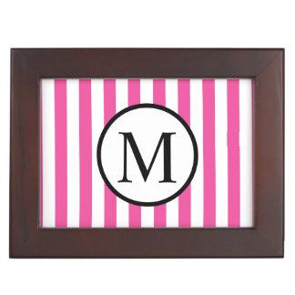 Einfaches Monogramm mit rosa vertikalen Streifen Erinnerungsdose