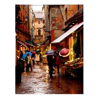 Einkauf im Regen Postkarte