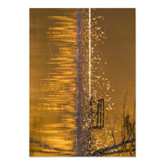 Einsame Bank durch den See im goldenen Licht Karte