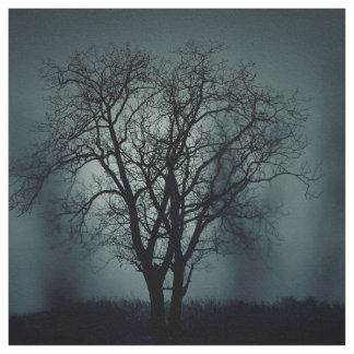 Einsamer toter Baum nachts Stoff