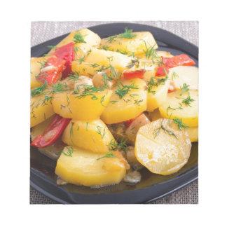 Eintopfgericht der Kartoffeln mit Zwiebel, grünem Notizblock