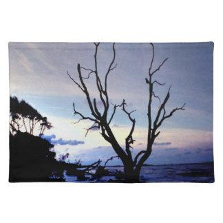 Einziger Baum auf Ufer Stofftischset