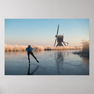 Eis-Skaten hinter Windmühle und REEDplakat Poster