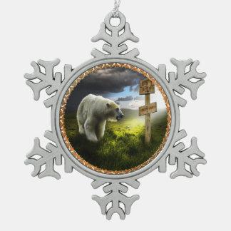 Eisbär, der das hölzerne Zeichen des Nordpols Schneeflocken Zinn-Ornament