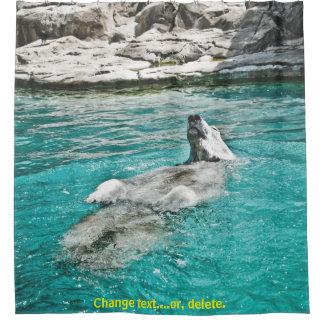 Eisbär, der in Wasser - Steinhintergrund schwimmt Duschvorhang