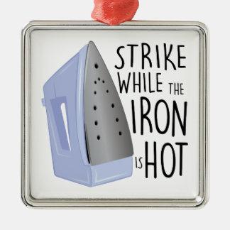 Eisen ist heiß quadratisches silberfarbenes ornament