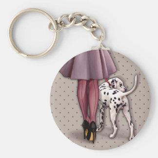 Elegante gehende Frau ihr dalmatinischer Welpe Standard Runder Schlüsselanhänger